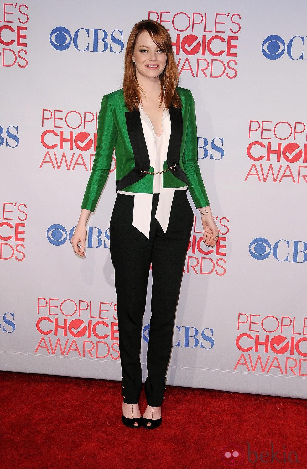 Emma Stone con pelo liso y maquillaje dorado en los People's Choice Awards
