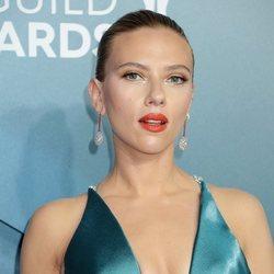 Scarlett Johansson luce un beauty look ideal en el que apuesta por un intenso labial rojo