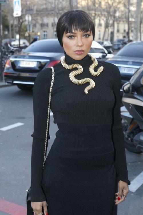 Kat Graham con un maquillaje glowy en la Fashion Week de París 2020