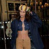 Bella Hadid con un beauty look descuidado en la Fashion Week París 2020