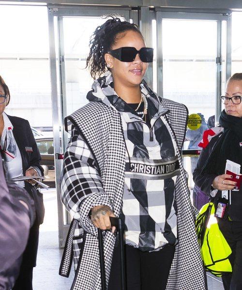 Rihanna con un beauty look dejado en el aeropuerto de Nueva York enero 2020