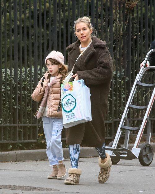 Sienna Miller con un beauty look desastroso en la ciudad de Nueva York
