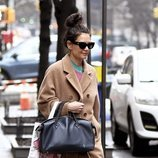 Katie Holmes descuida su peinado mientras pasea por Nueva York