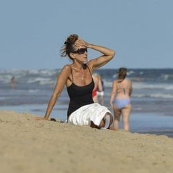 Sarah Jessica Parker con un moño alto y rápido en la playa