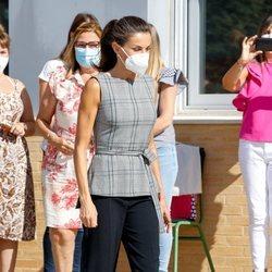 La Reina Letizia abre el curso escolar en Navarra con coleta