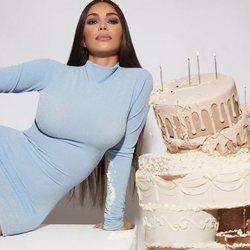 Kim Kardashian promocionando su colección de maquillaje 'The Opalescent Collection'
