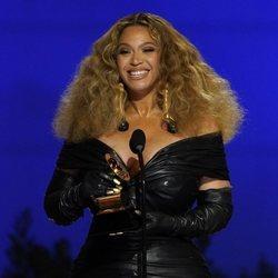 Beyoncé apuesta por la melena frizz en la entrega de los Premios Grammy 2021