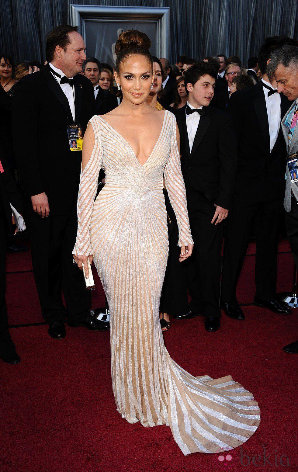 Jennifer Lopez con moño beehive en la alfombra roja de los Oscar 2012