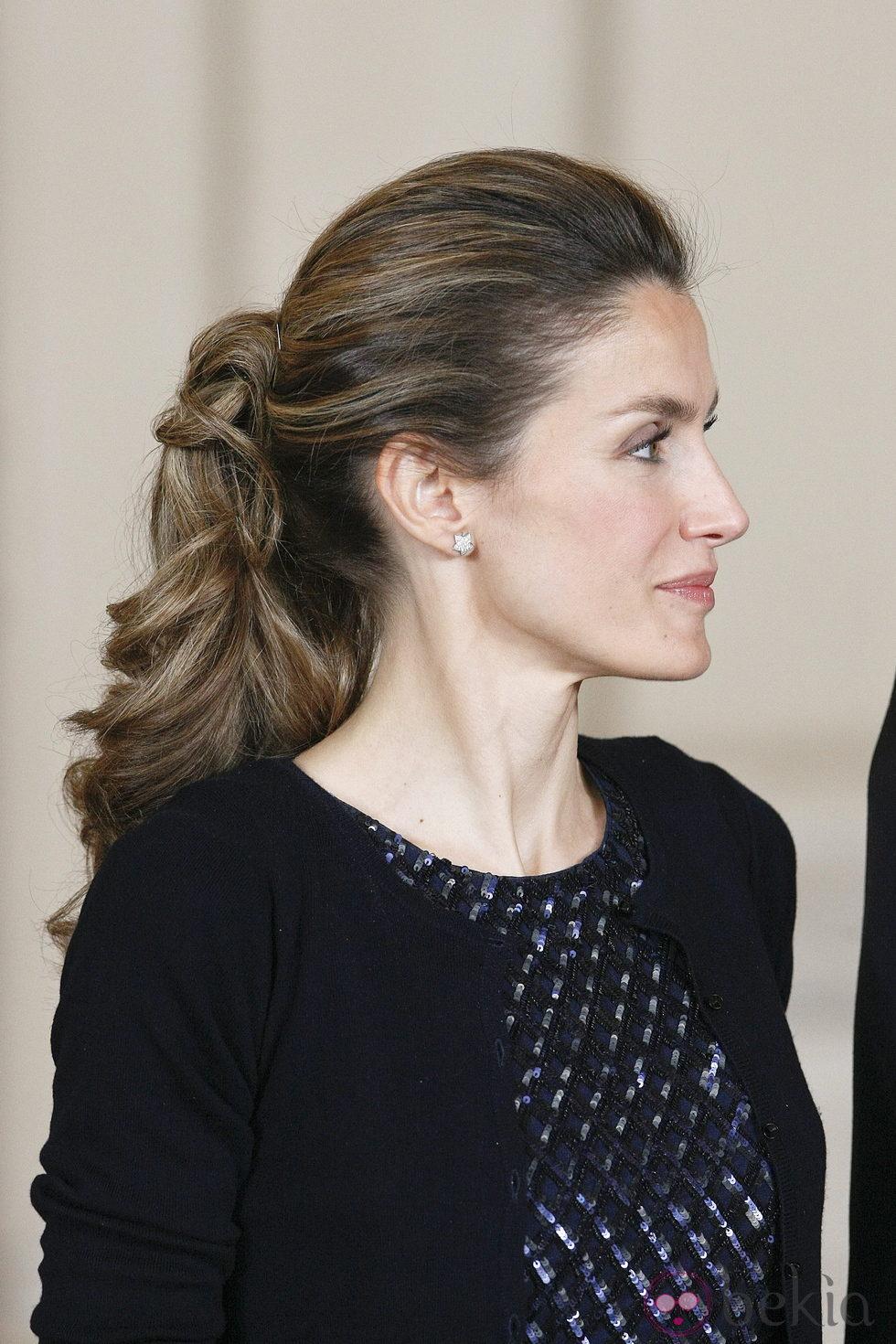 Letizia con el pelo recogido y ondulado