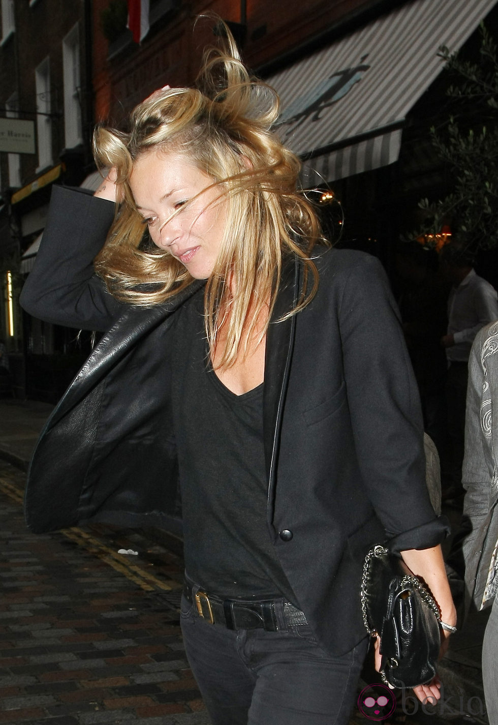 Kate Moss pillada despeinada en Notting Hill