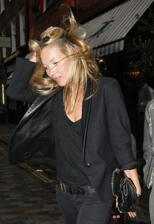Kate Moss pillada despeinada en Notting Hill