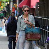 Olivia Palermo paseando con un moño informal