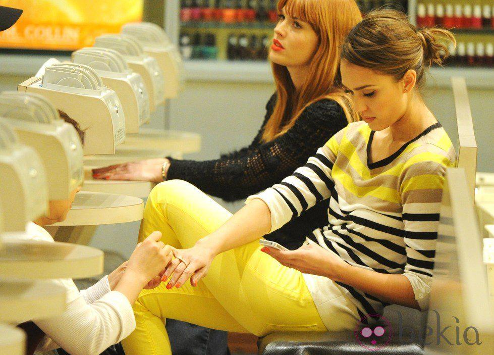 Jessica Alba haciéndose la manicura en un salón de belleza de Nueva York