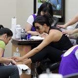Kim Kardashian de manicura y pedicura