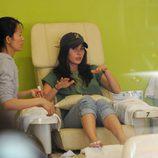 Megan Fox en un salón de belleza haciéndose la manicura y pedicura