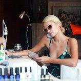 Paris Hilton haciéndose la manicura en un salón de belleza