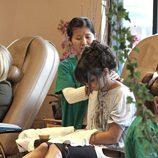 Vanessa Hudgens se hace la pedicura mientras recibe un masaje
