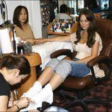 Jennifer Love Hewitt se hace la manicura y la pedicura