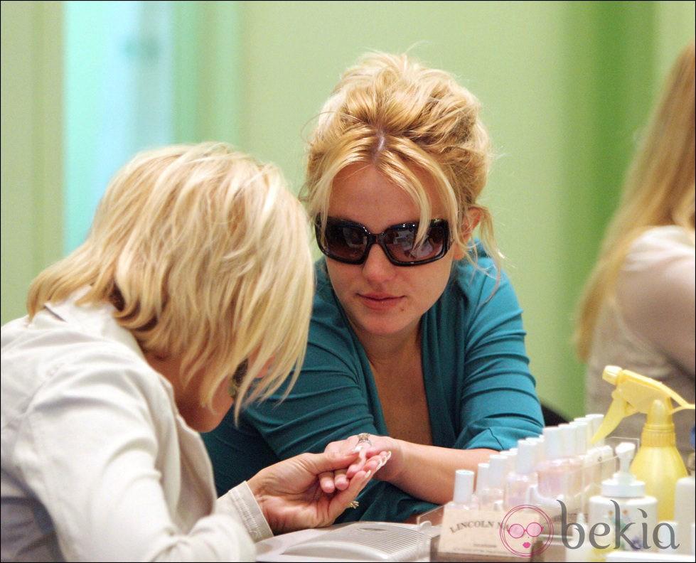 Britney Spears durante una sesión de manicura