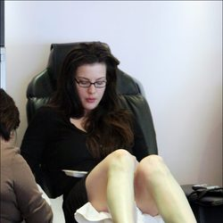 Liv Tyler sin maquillaje durante una sesión de pedicura