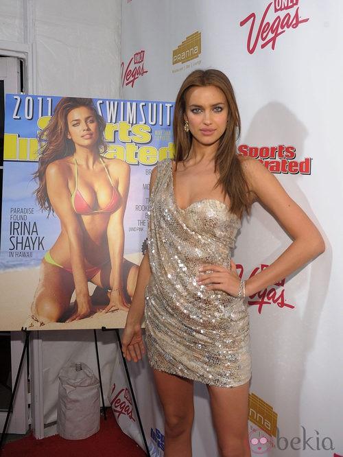 Irna Shayk con el pelo liso y raya en medio