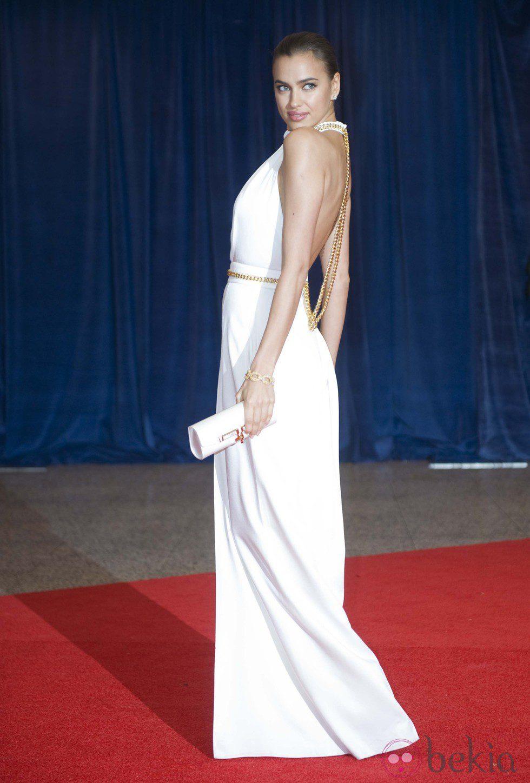 Irina Shayk con un elegante recogido tirante
