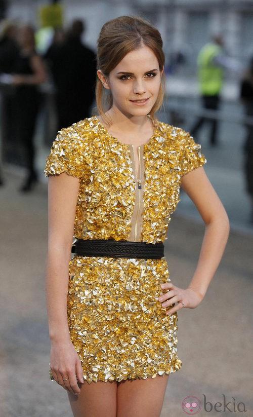 Emma Watson con un recogido y un look más juvenil