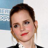 Emma Watson con el cabello hacia atrás
