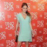 Mónica Hoyos en la fiesta de Uno de 50 con una coleta ladeada