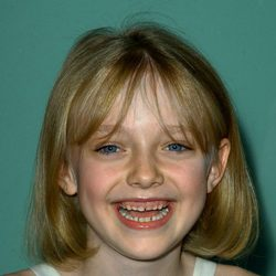 Dakota Fanning de pequeña con dientes de leche