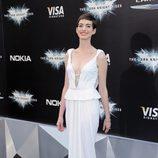 Anne Hathaway presume de su corte pixie en el estreno de 'El Caballero Oscuro: La leyenda renace' en Nueva York