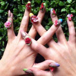 Detalle de las uñas decoradas con flores de Katy Perry