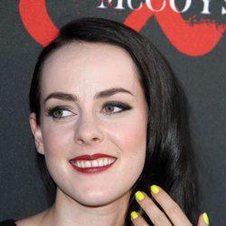 Jena Malone con las uñas pintadas de amarillo flúor