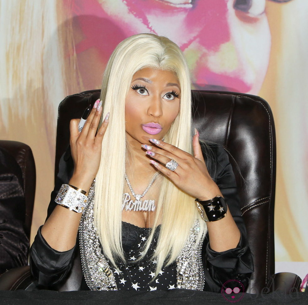 Nicki Minaj con uñas lasgas postizas