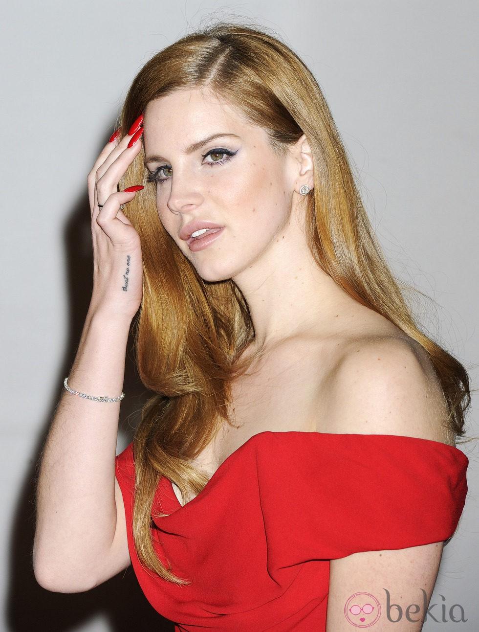 Lana del Rey con unas largas uñas en color rojo