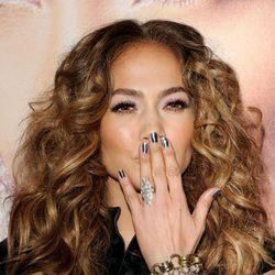 Jennifer Lopez con las uñas decoradas