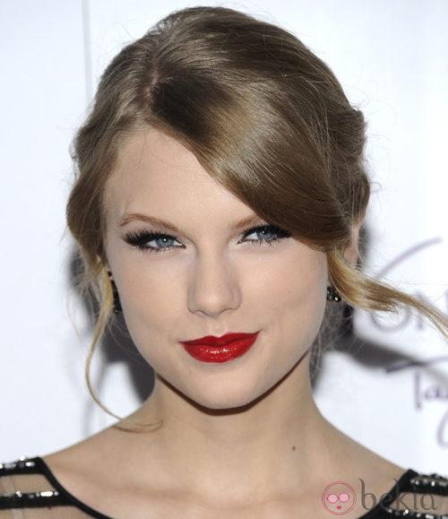Taylor Swift con voluminosas  pestañas postizas