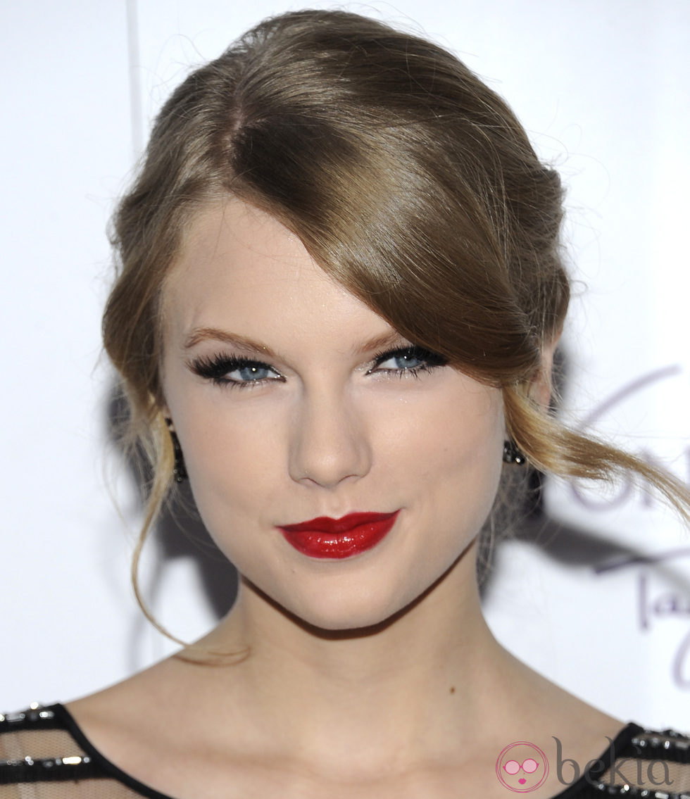 Taylor Swift con voluminosas  pestañas postizas