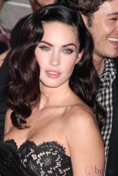 Megan Fox con largas pestañas postizas