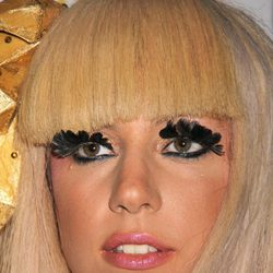 Lady Gaga con plumas como pestañas