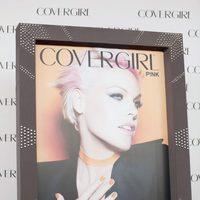 La cantante Pink en el cartel promocional de la firma de cosméticos 'Covergirl'