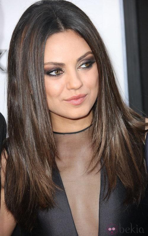 Mila Kunis apuesta por unos intensos smokey eyes