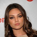 Mila Kunis complementa su look con pestañas postizas