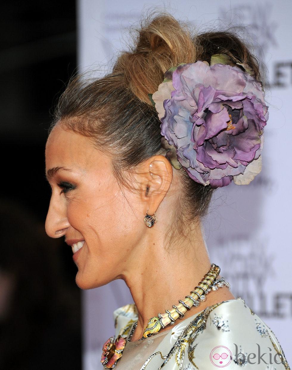Sarah Jessica Parker con un moño alto adornado con una flor