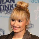 Demi Lovato con un moño alto despeinado