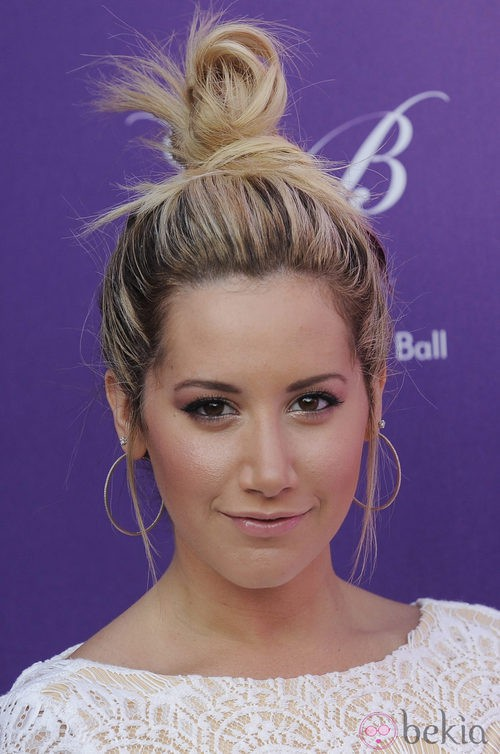 Ashley Tisdale peinada con un moño alto