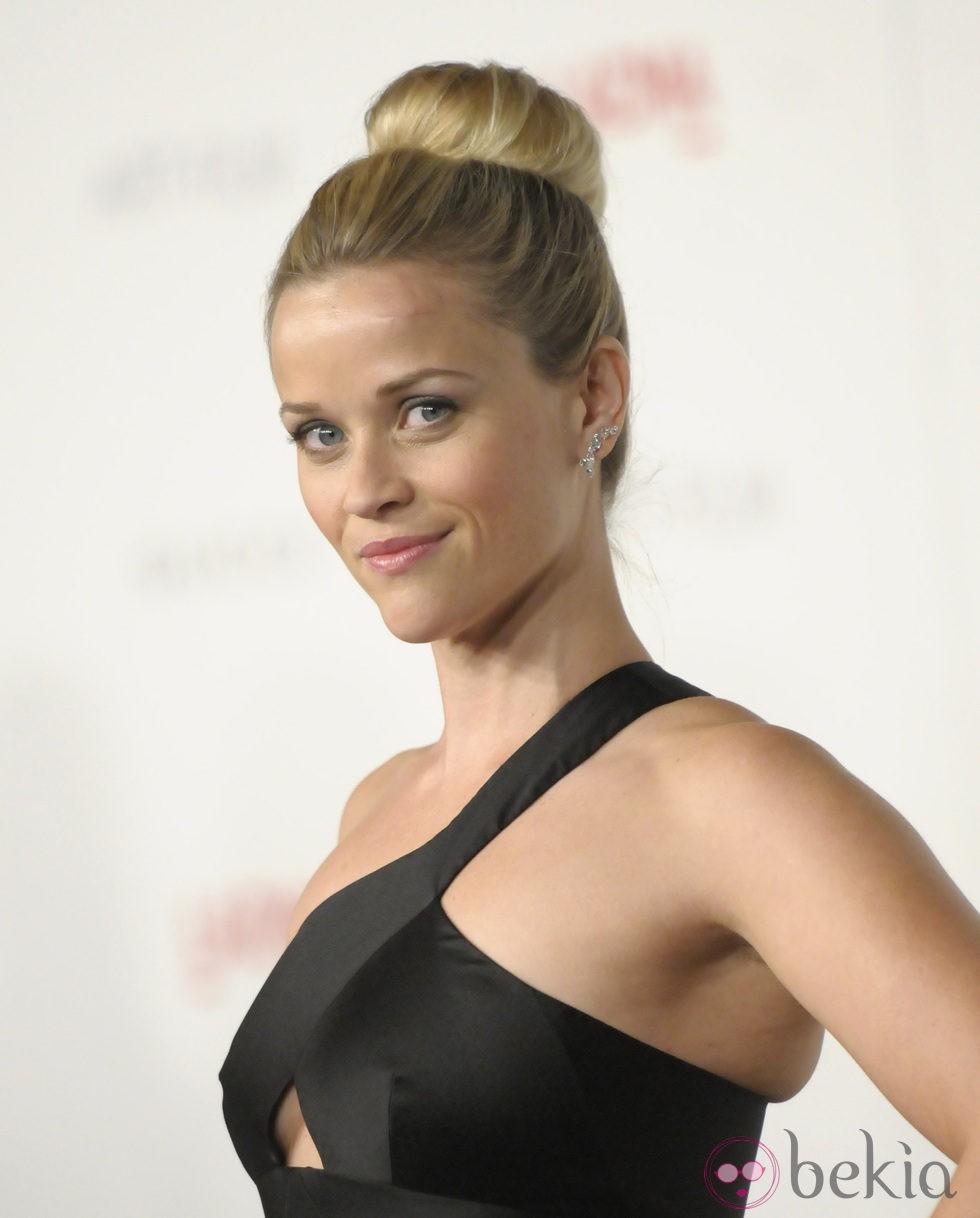 Reese Witherspoon peinada con un moño alto