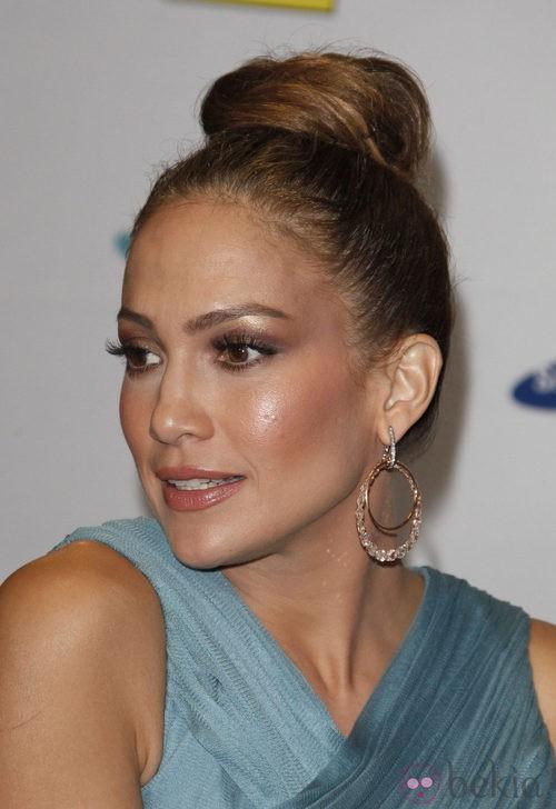 Jennifer Lopez peinada con un moño alto