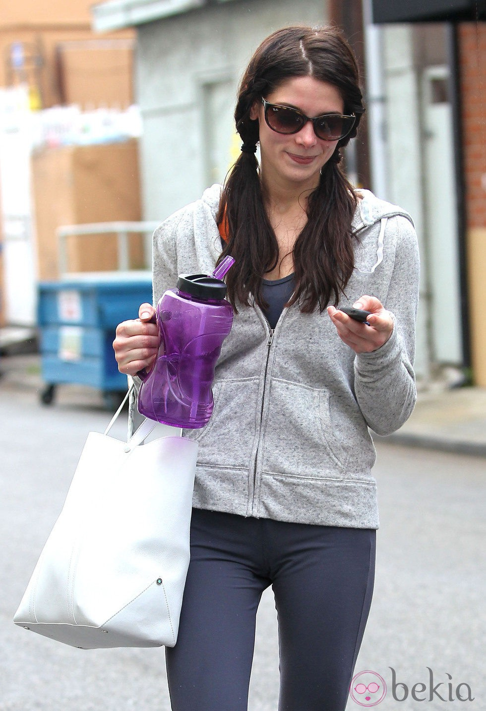 Ashley Greene con la melena recogida en dos coletas