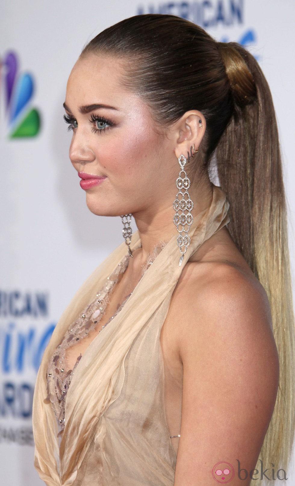 Miley Cyrus con su melena recogida en una coleta